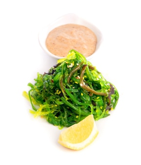Cucina giapponese - insalata di alghe chuka. servito con salsa di noci e sesamo.