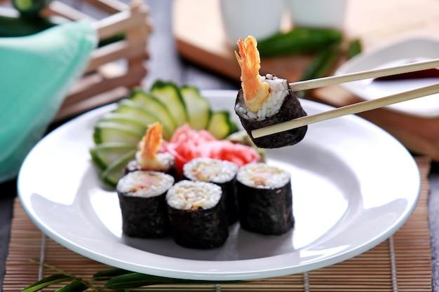 Sushi ebi roll di cucina giapponese servito con zucchine e wasabi