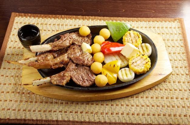 Cucina giapponese . costine di maiale giapponesi su un piatto. carne di agnello con costine