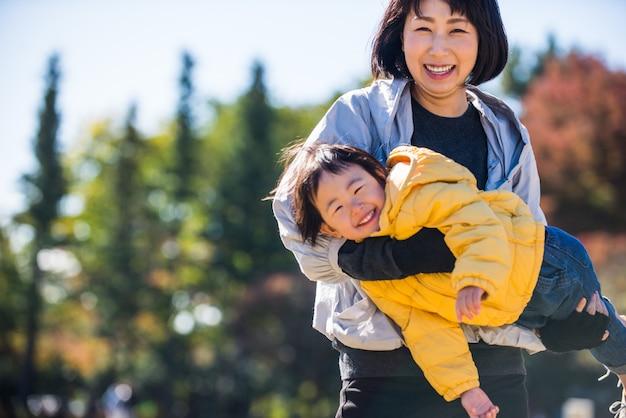 Famiglia giapponese in un parco
