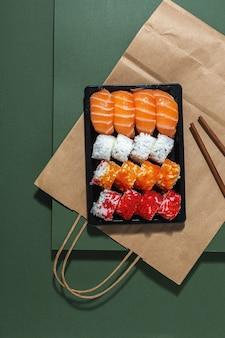 Concetto di cibo giapponese. sushi assortiti da asporto in scatola. per andare. consegna. frutti di mare