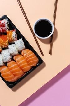 Concetto di cibo giapponese sushi assortiti da asporto in scatola per andare consegna cibo di mare
