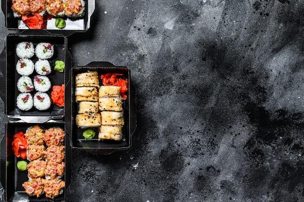 Concetto di cibo giapponese. catering, vari tipi di rotoli di sushi impostati. vista dall'alto. copia spazio.