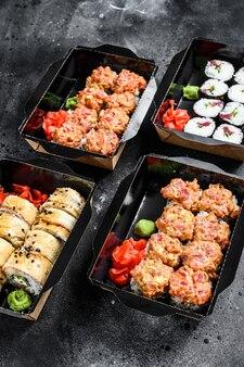 Concetto di cibo giapponese. catering, vari tipi di set di involtini di sushi. .