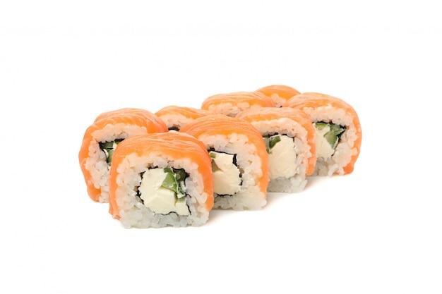 Cibo giapponese. rotoli di sushi deliziosi isolati su superficie bianca