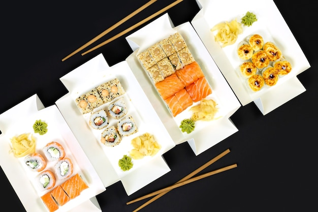 Concetto di consegna di cibo giapponese. set di involtini di sushi con vista dall'alto di pesce e formaggio