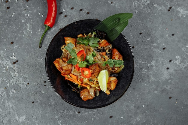 Cibo giapponese: pasta di vetro con pollo e verdure.