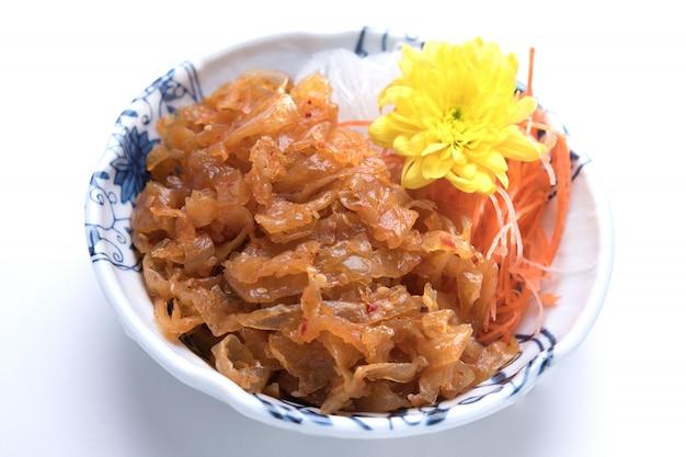 Meduse giapponesi dell'alimento con il pasto della cena dell'antipasto dell'olio di seasame isolato su fondo bianco