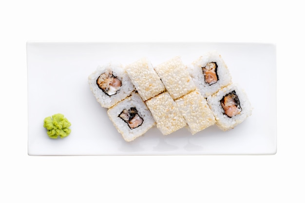 Consegna del ristorante di cibo giapponese, set di sushi. gamberetti, pesce e formaggio della california dei rotoli di sushi isolati. vista dall'alto