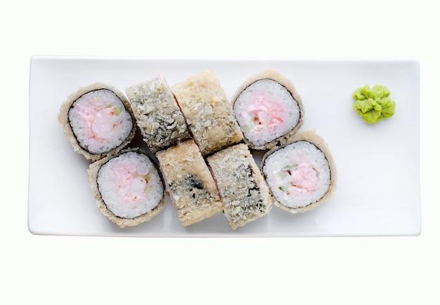 Consegna del ristorante di cibo giapponese, set di sushi. rotoli di sushi con gamberetti, pesce e formaggio isolati. vista dall'alto