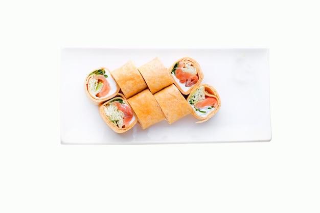 Consegna del ristorante di cibo giapponese, set di sushi. sushi tempura rotoli con tonno, caviale e formaggio isolato. vista dall'alto