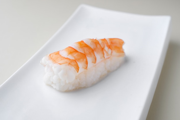 Consegna del ristorante di cibo giapponese, set di sushi. sushi con gamberetti, primo piano