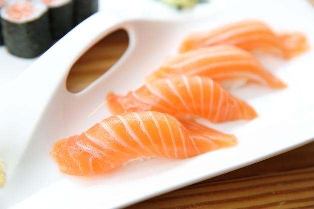 Cibo giapponese sushi di salmone impostato su sfondo di legno