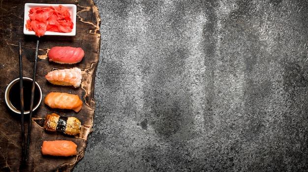 Cibo giapponese. sushi di pesce con salsa di soia. su fondo rustico.