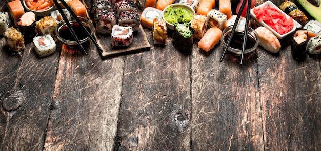 Cibo giapponese. sushi e panini pesce fresco con salsa di soia. sul vecchio tavolo di legno.