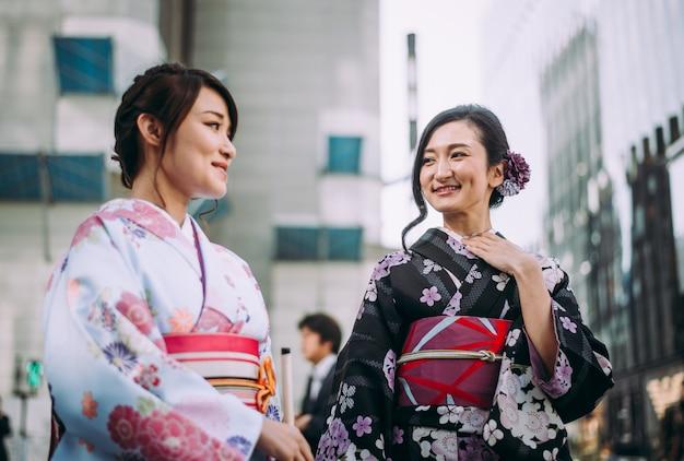 Ragazze giapponesi che indossano abiti tradizionali kimono, momenti di stile di vita