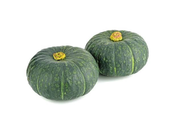 Zucca verde giapponese su sfondo bianco