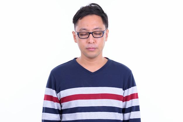 Uomo giapponese hipster con occhiali isolati contro il muro bianco