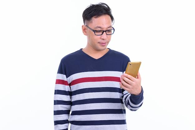 Uomo giapponese hipster con occhiali isolati su bianco