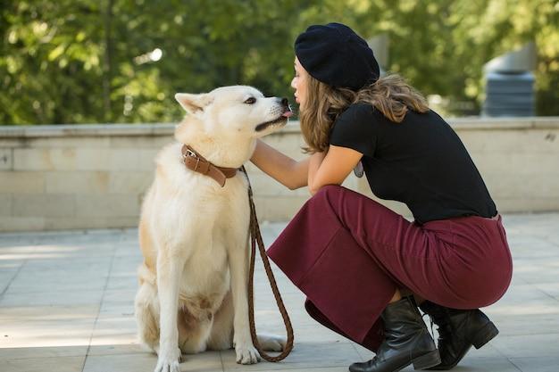 Cane da caccia giapponese di razza kisyu, bellissimo ritratto di un cane bianco