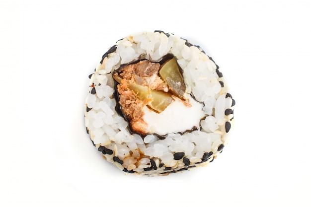 Rotoli di sushi giapponesi di maki con il cetriolo di sesamo di color salmone isolato su fondo bianco