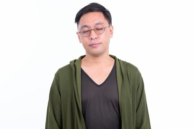 Uomo giapponese con gli occhiali isolati contro il muro bianco