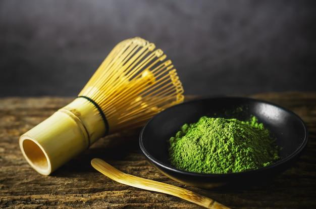 Tè verde giapponese matcha con frusta di bambù