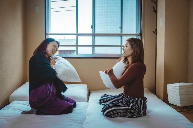 Mamma e figlia giapponesi in un appartamento tradizionale
