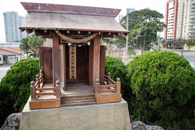Il monumento giapponese ha due colonne che rappresentano le fondamenta che reggono il cielo