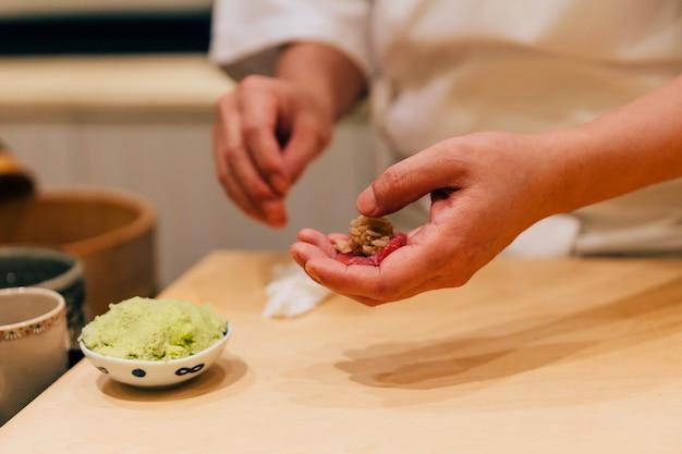 Chef giapponese omakase che prepara sushi al chutoro