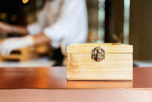 Vista frontale del pasto omakase giapponese di una scatola di legno con cibo segreto all'interno