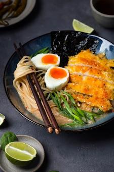 Zuppa di ramen giapponese con pollo, uova e pasta