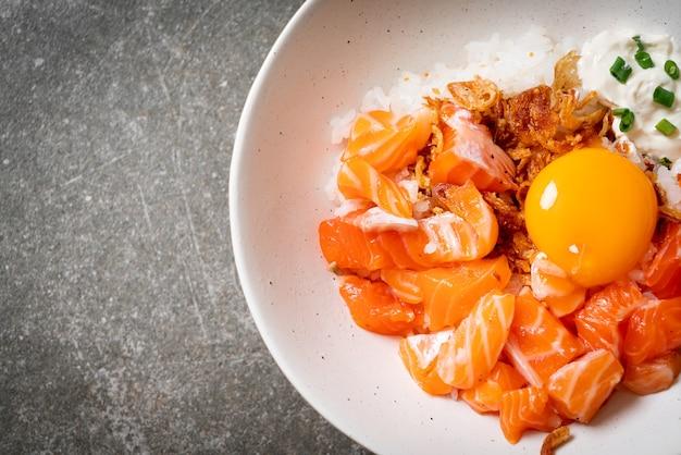 Riso giapponese con salmone fresco crudo e uovo in salamoia - stile di cibo asiatico