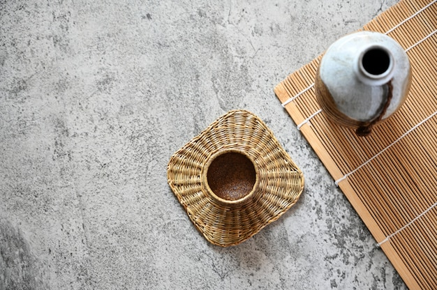 Sake giapponese in stile orientale bevanda sul tavolo, copia spazio