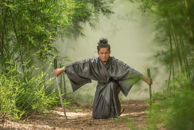 Combattente giapponese del samurai che porta uniforme tradizionale