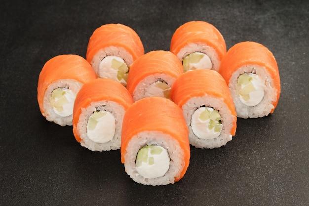 Rotoli di sushi di pesce giapponese sul nero