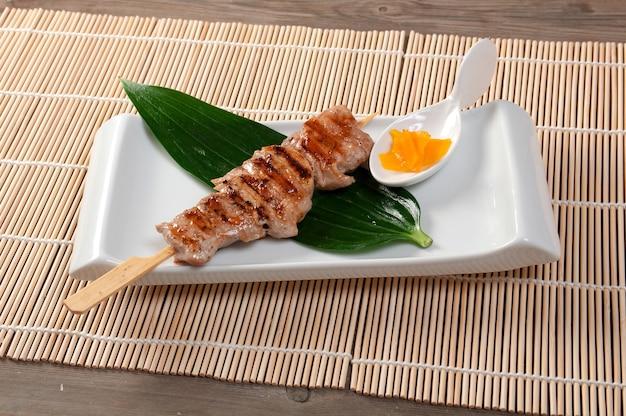 Primo piano di yakitori di pollo allo spiedo giapponese