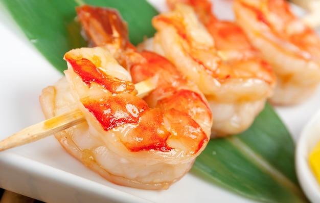 Gambero reale giapponese allo spiedo di frutti di mare .closeup