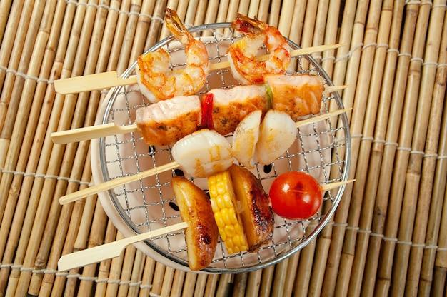 Primo piano di yakitori delle verdure dei frutti di mare allo spiedo giapponesi
