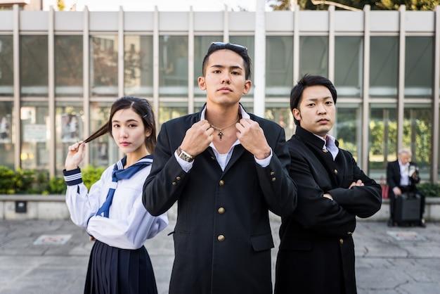 Studenti giapponesi che si incontrano all'aperto