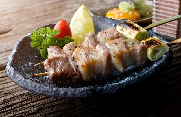 Spiedo di maiale alla griglia in stile giapponese con sale e pepe.