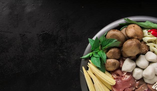 Sukiyaki giapponese nella tradizionale pentola in ghisa. chabu sukiyaki