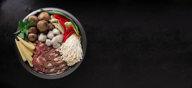 Sukiyaki giapponese nella tradizionale pentola in ghisa.