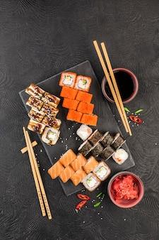 Sushi giapponese su una superficie scura