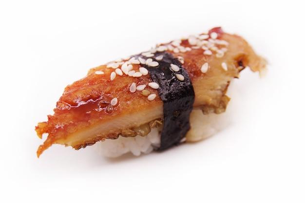 Cibo sushi giapponese. unagi nigiri su bianco