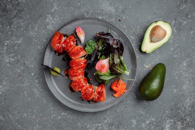 Drago rosso sushi giapponese. avocado, salmone e formaggio sushi. vista dall'alto.