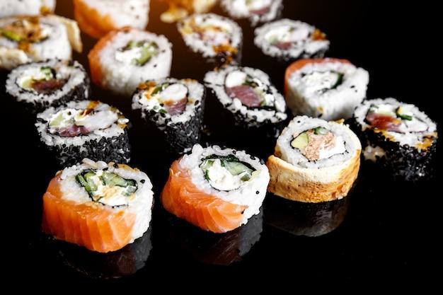 Rotoli di sushi giapponesi sul nero
