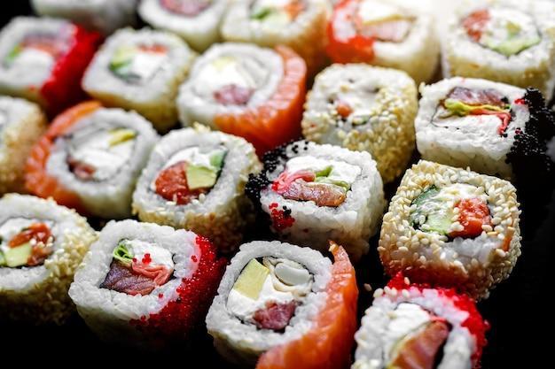 Rotoli di sushi giapponesi. vista laterale del primo piano.