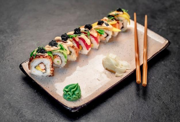Rotoli di sushi giapponesi su uno sfondo di pietra