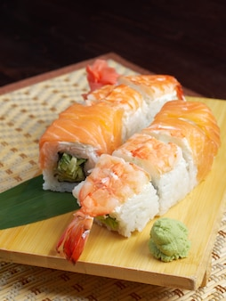 Sushi giapponese. cibo tradizionale giapponese.rotolo di salmone e gamberi